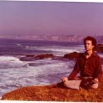 Der junge David Simon beim Meditieren